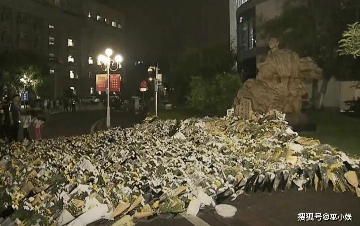袁隆平雕像前布满花海,市民围满整个长沙城!  第2张