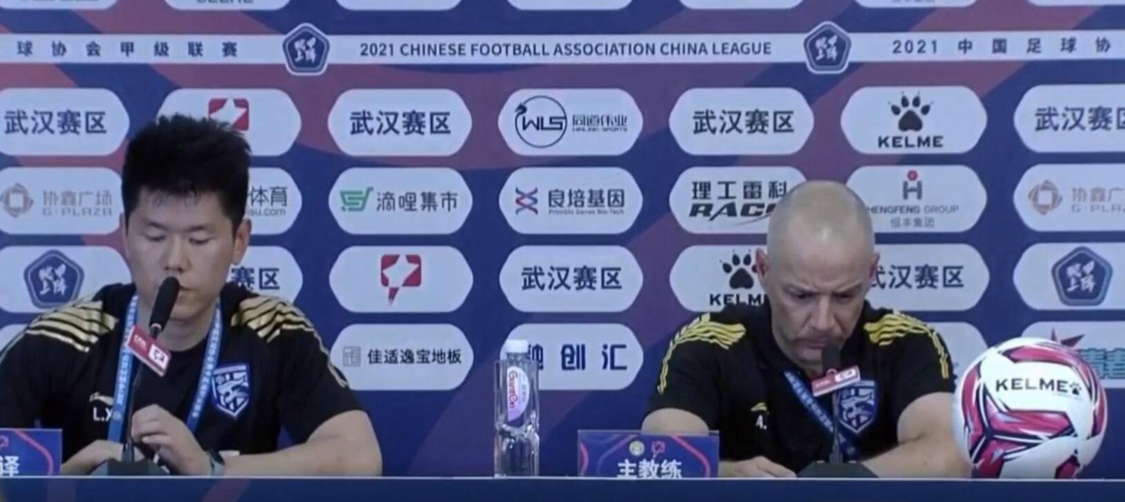 阿尔贝托:武汉三镇前30分钟踢得不错,定位球丢球回去认真总结…
