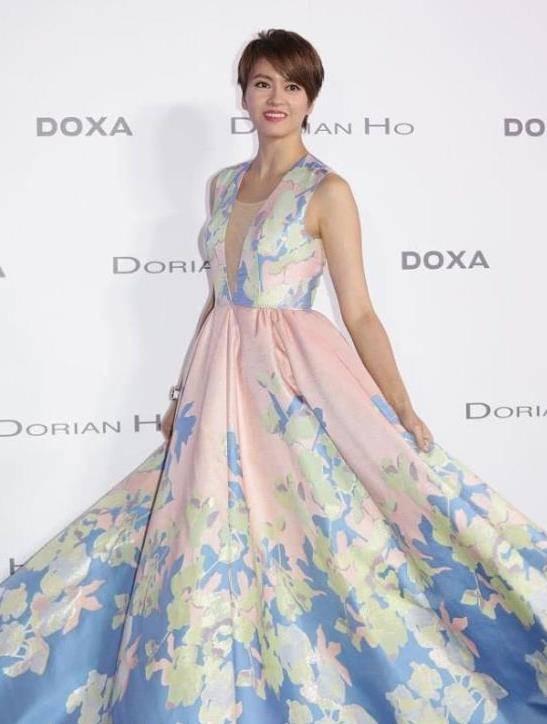 梁咏琪穿深V印花裙,开口到腰秀出性感身材,176身高穿出超模气质