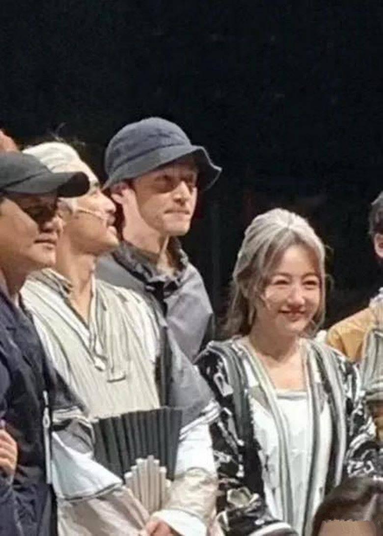 胡歌去看薛佳凝演话剧,在舞台上两人罕见同框,她都成老太太了!