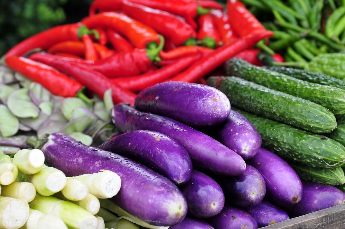 买茄子时,选直的还是弯的好?菜农:营养差别大,买错难吃还费钱
