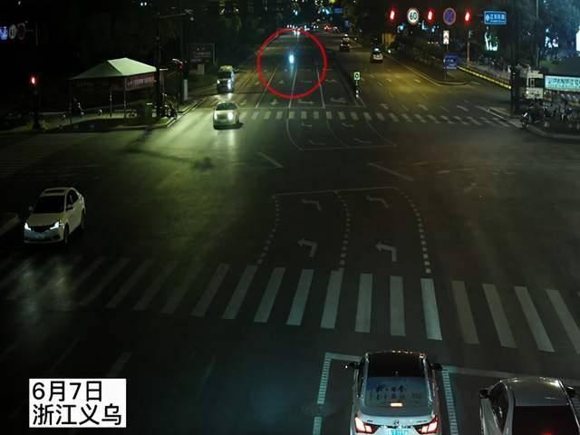 小伙骑摩托闯红灯撞保时捷受伤,车损30多万,民警:受伤也是全责