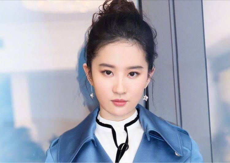 冯绍峰刘亦菲活动合照,谁注意到她下意识的动作?网友:素质问题