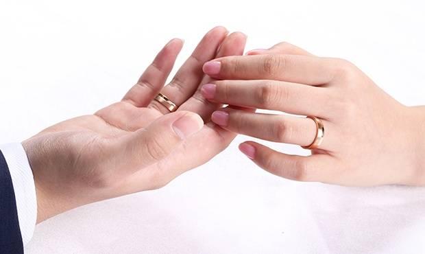 原创             结婚戒要买贵的吗?钻戒和金戒指选哪个?价格区别大吗?