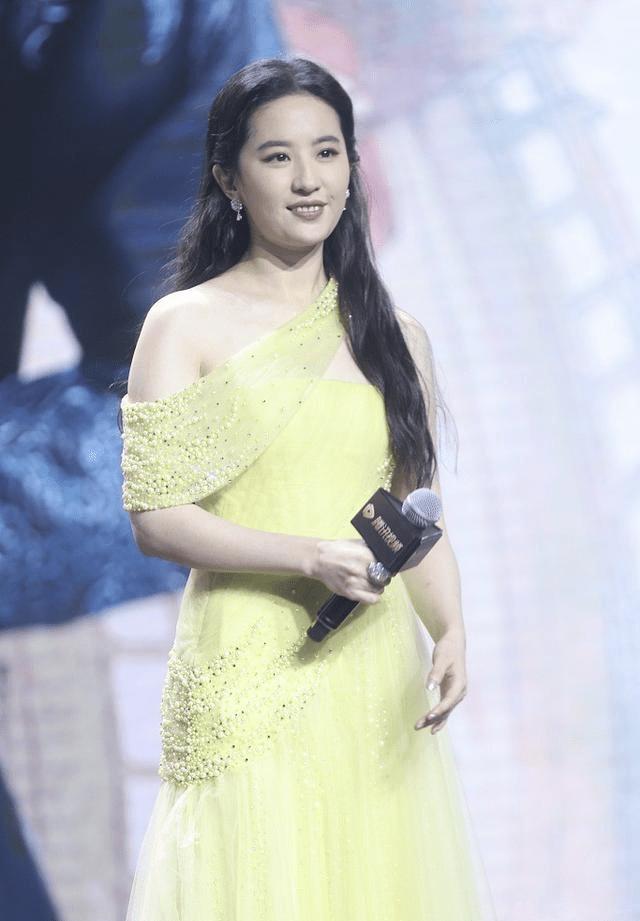 """原创             刘亦菲也难逃""""发腮"""",穿黄色礼服仙气不再,好在气质依旧高级"""