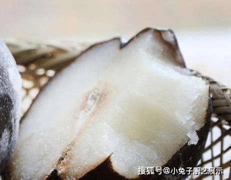 凍梨直接啃能「硌掉牙」,網紅解鎖新吃法,簡單不髒手,超美味!