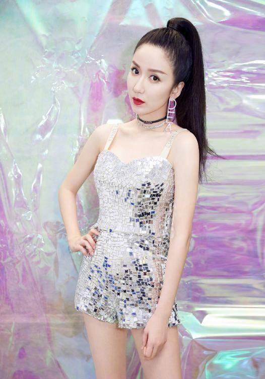 婁藝瀟一襲紫色魅惑裙裝,反光面料顯身材,這樣的她誰能不愛?