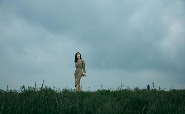 33歲的她溫柔又堅定,楊子姍一身知性連衣裙,黑長直造型氣質十足