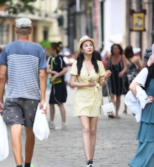 張雨綺也有「小女人」的一面,穿淡黃色連衣裙甜出螢幕,顏值太高