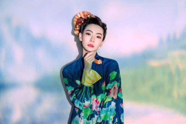 戚薇中国风旗袍造型,荷塘月色妆容又美又飒,眉眼间尽显女人魅力!