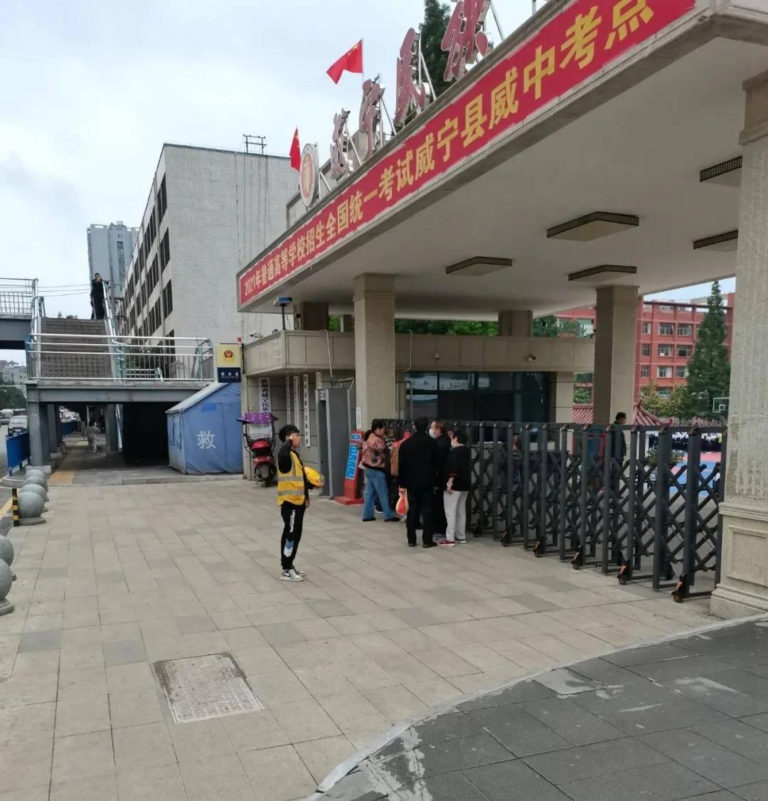 威宁外卖小哥在威中校门口面对国旗脱帽敬礼,感人一幕被抓拍!