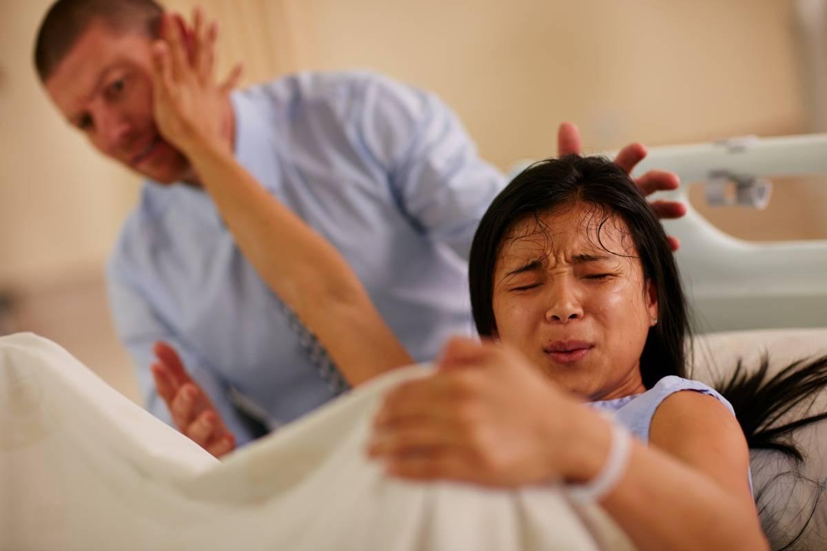 """原创宝宝生出来了,医生还在伸手掏,陪产的丈夫怒斥""""还有什么可掏"""""""