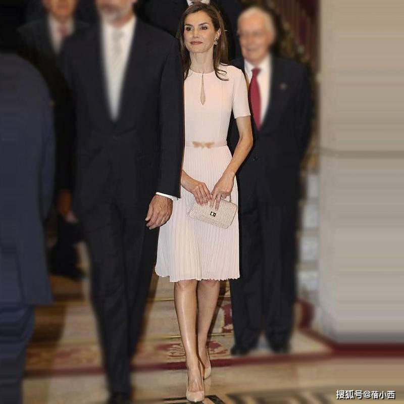 被西班牙王后的衣品惊艳到了,穿印花套裙配红鞋气质优雅又高级
