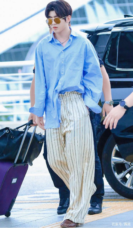 蔡徐坤好帅一男的!蓝色衬衫搭休闲裤 简约率性 但胖脸实力抢镜 爸爸 第3张