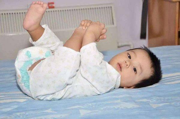 孩子穿纸尿裤,到多大停止最合适?儿科专家:最迟别超过这个年龄