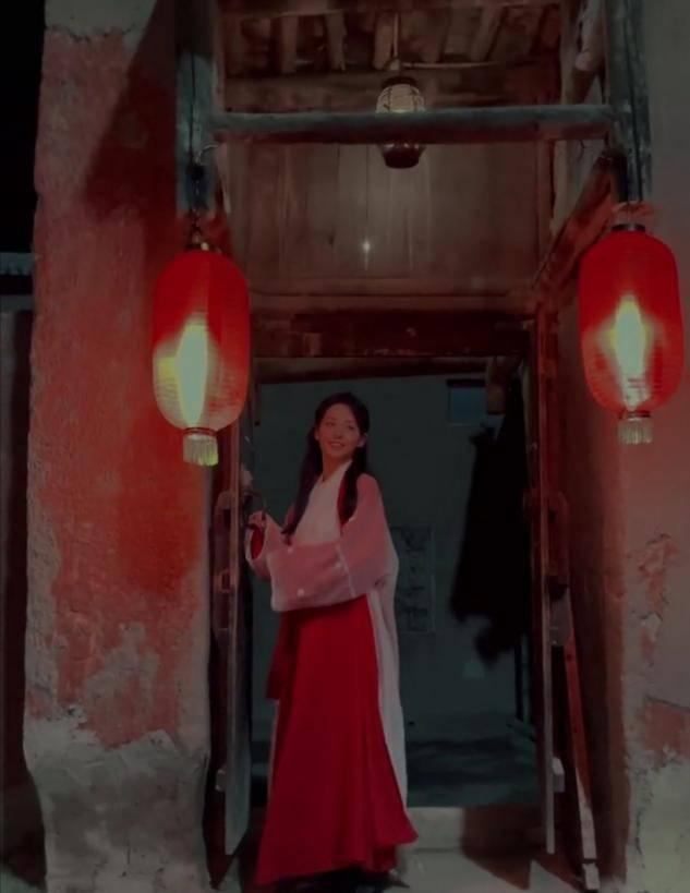 张嘉倪紫霞扮相出镜,明艳动人仙气十足,结婚7年至今未办婚礼