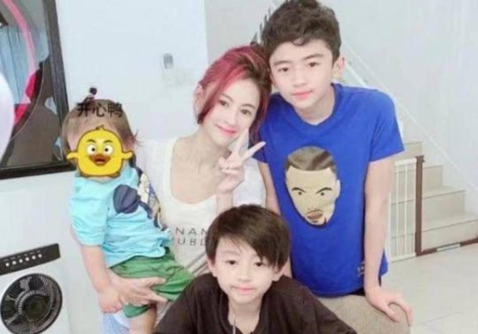 张柏芝暑假回港陪儿子过暑假,悄悄带三子去新加坡度假_机场