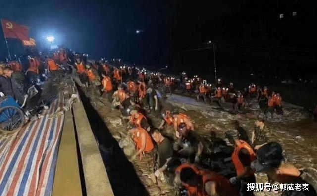 河南暴雨用几十万一辆大卡车堵决口,曾用过火车和轮船,千名志愿者运沙筑堤防