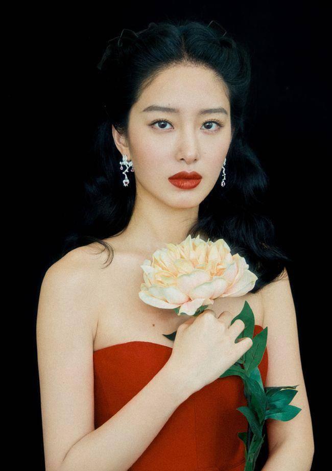 """杨采钰不仅是法式时尚博主,她的""""毛流眉""""更时髦,比细眉美多了"""
