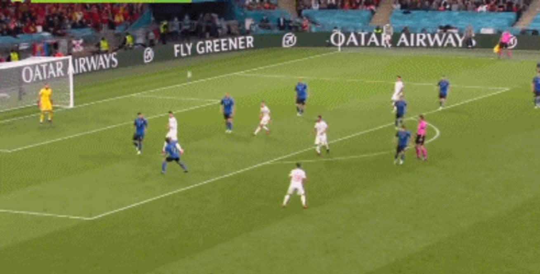 比莫拉塔更该骂?西班牙7千万天才踢丢2必进球!踹立柱泄愤被换下!                                   图3