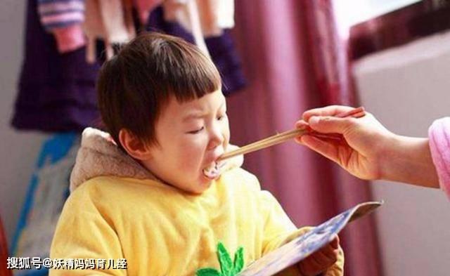 父母错误的5个喂饭方式 不仅偷走了宝宝营养 还偷走了健康