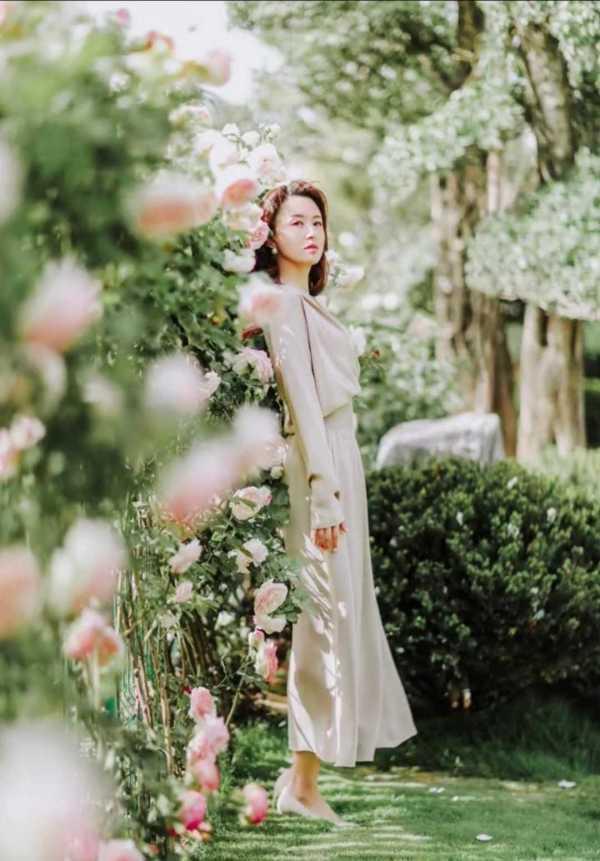 """张蕾仅凭""""气质""""美出圈,裸色衬衫连衣裙穿得体面优雅,太高级了-幽兰花香"""