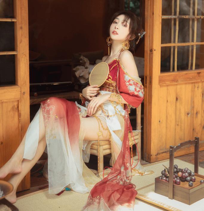 图片[1]-大热天穿汉服太闷?美女Coser展示清凉款汉服,高叉低胸还是一身汗-妖次元