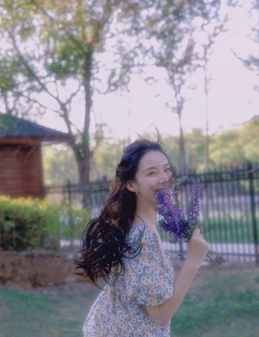 5月李沁带你体验春末初夏,碎花连衣裙手握野花边跑边笑,治愈系仙女