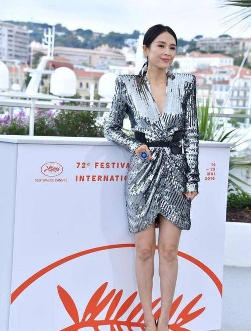 章子怡的穿搭实属国际范,穿亮片连衣裙很迷人,秀出曼妙好身材