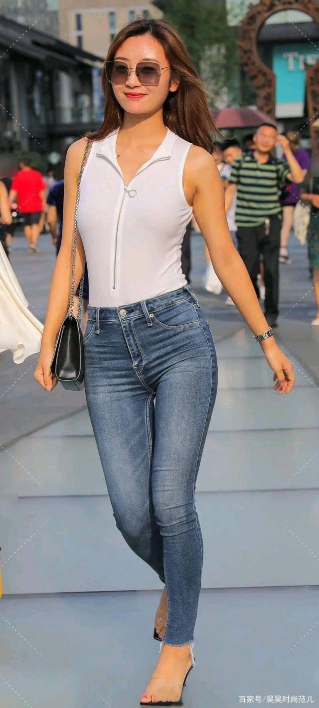 夏末初秋,一身简约白色上衣与浅蓝色牛仔裤搭配,简单时尚显气质