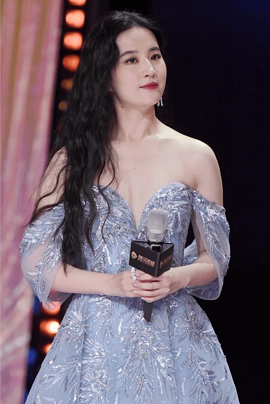 被刘亦菲的尤物气质迷住了,穿蓝色亮片裙显出高端感,自带滤镜!