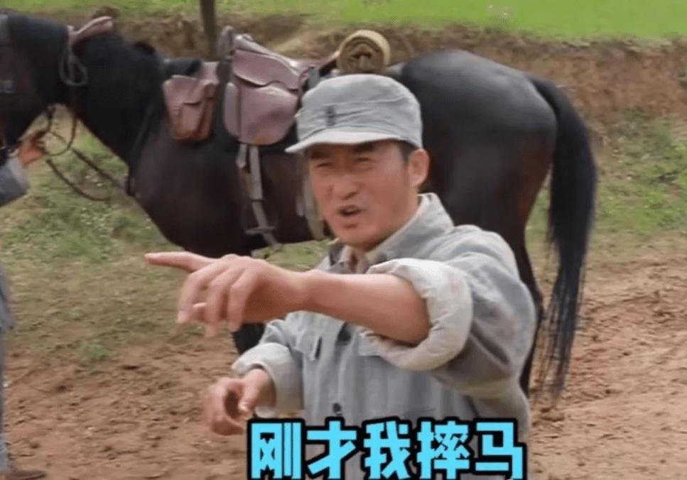 47岁的吴京在拍戏时不小心从马上摔了下来 他起床后的第一句话是 马有什么问题吗?