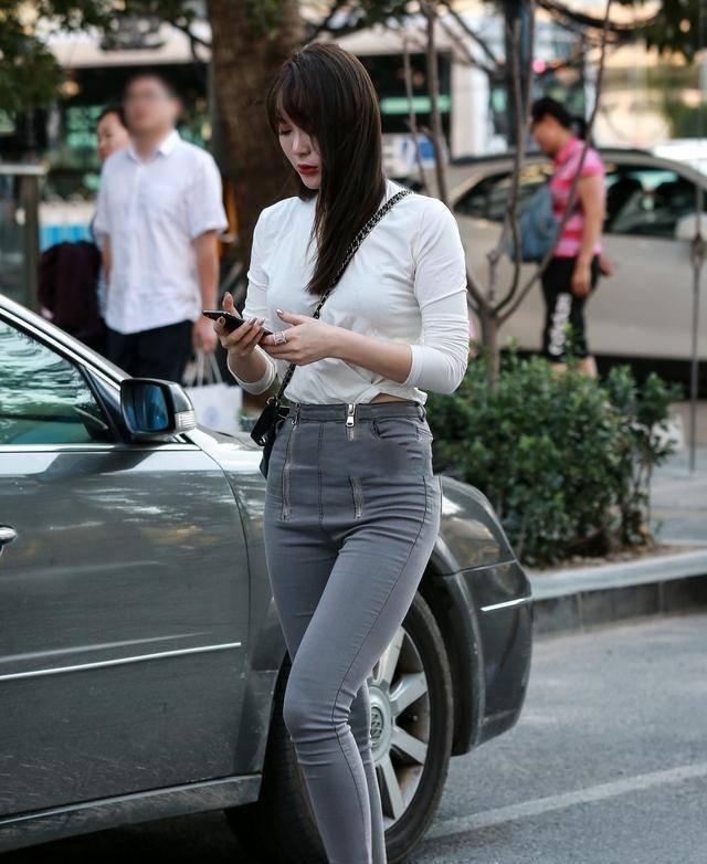 丰润紧致的瑜伽裤美女,不乏时髦感,显得瘦高
