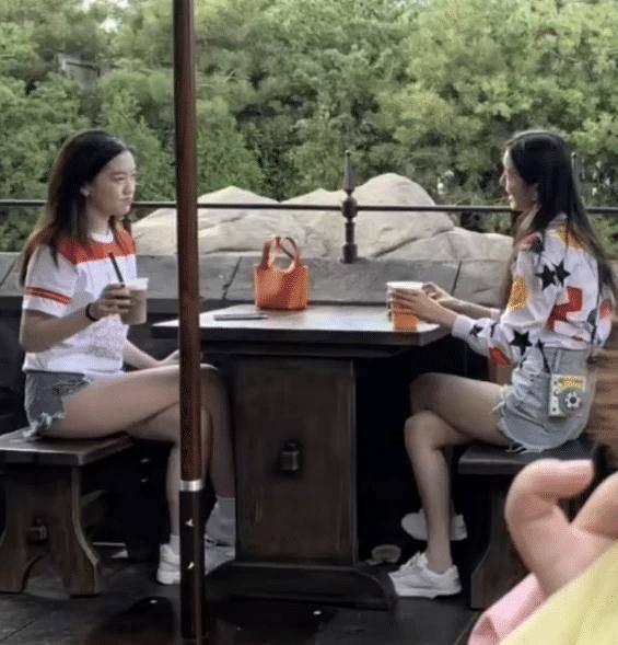 15岁李嫣和闺蜜逛游乐园!喝饮料唇部痕迹明显,穿热裤秀大长美腿