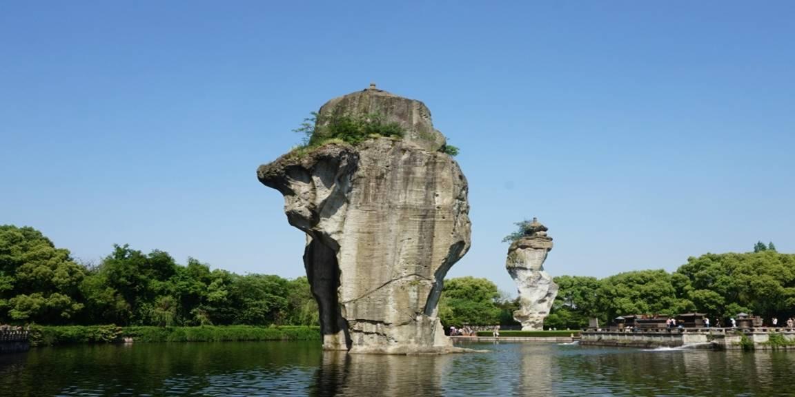 """浙江一座20米高石佛,距今已有1300多年,旁还有""""倒立石"""""""