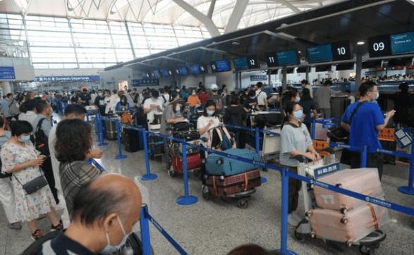 原创             疫情之下赴美留学依旧火爆,10万的机票一抢而空,留学生也很无奈