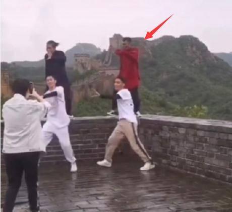 印小天为站长城城墙跳舞道歉:给大家做错误示范了,对不起