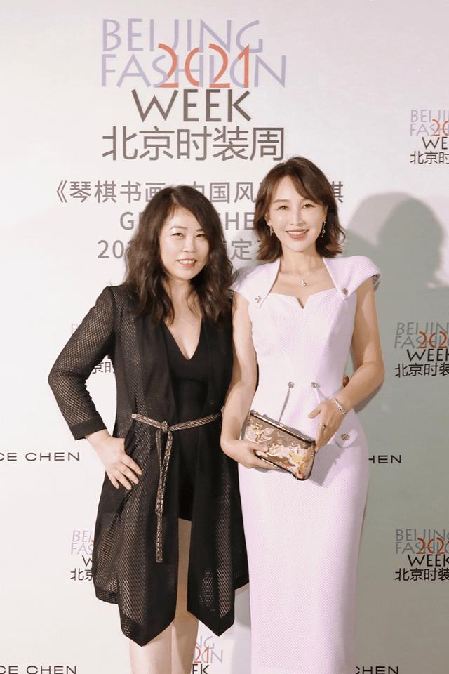 《【摩臣在线娱乐注册】岳丽娜亮相北京时装周 造型吸睛尽显风雅之姿》