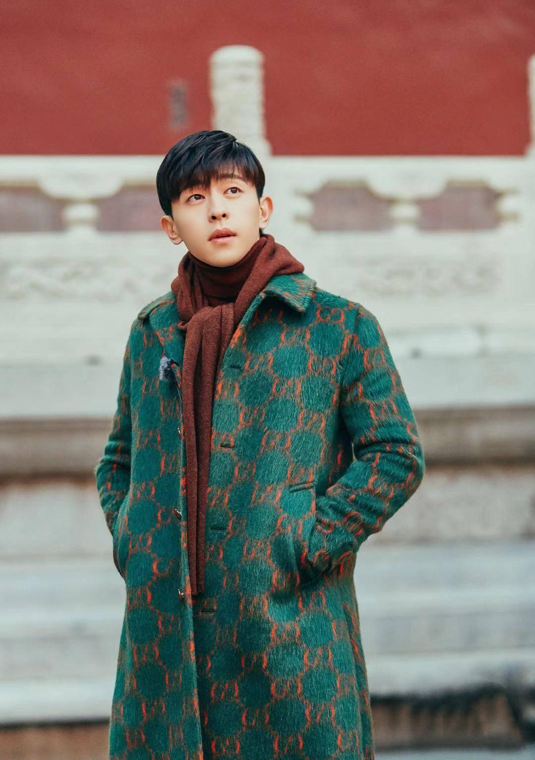邓伦大衣穿出新花样!红配绿不仅不难看,穿上之后帅气十足