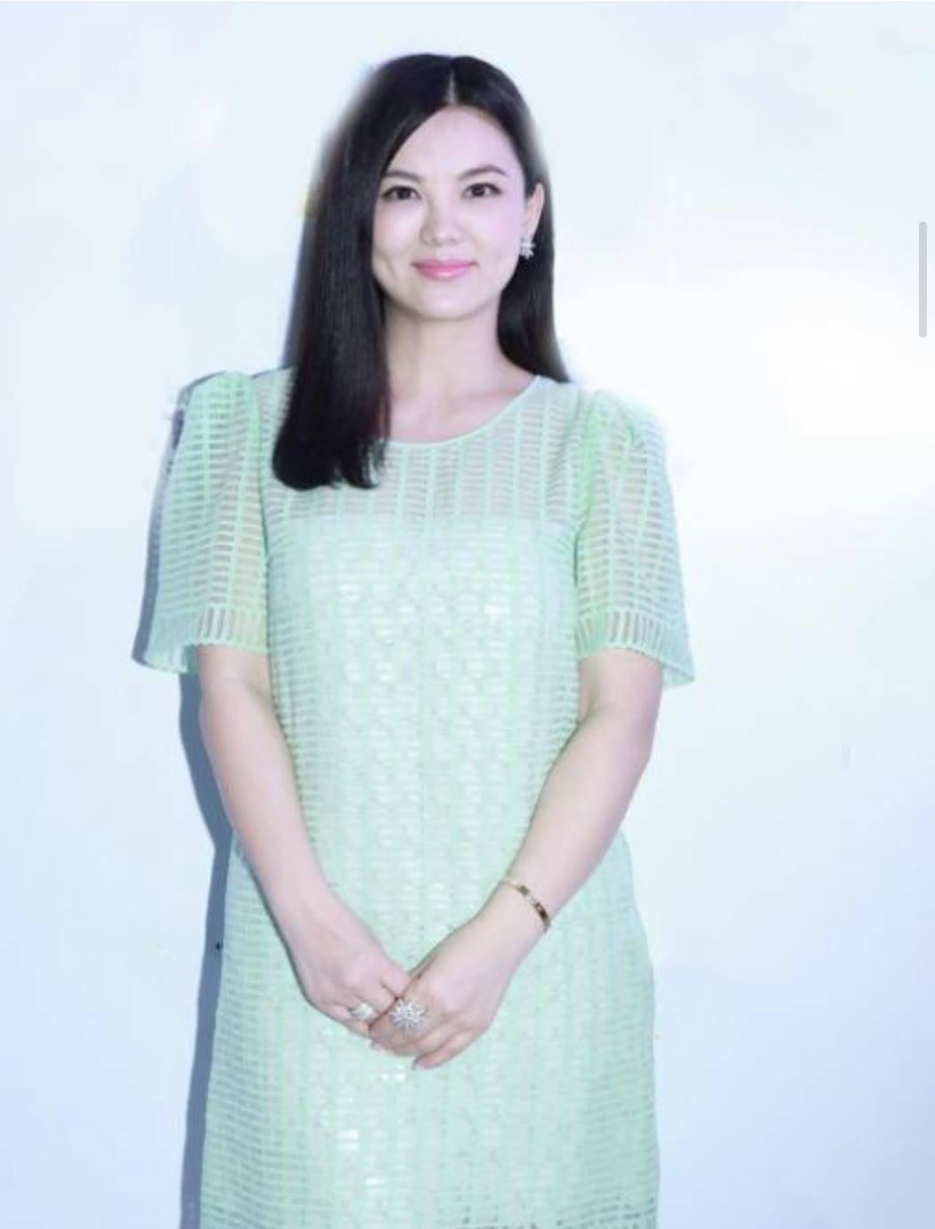李湘胖一点却挺耐看,穿一身薄荷绿连衣裙亮相,意外有了清新美