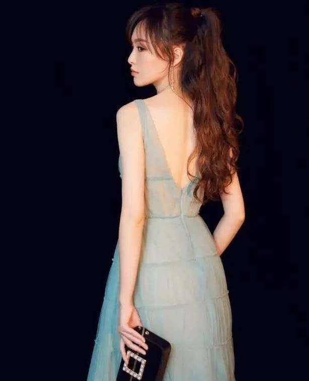 超大V型剪裁,露出唐嫣雪白柔嫩的后背展现性感优雅的裙中极品