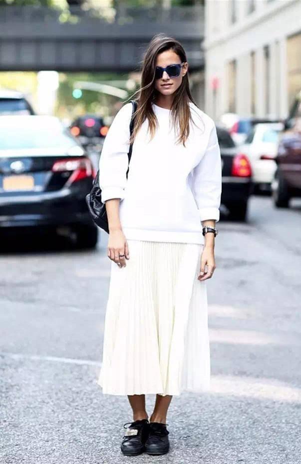 简单搭配一双小白鞋,或者马丁靴,轻松打造甜美的时尚达人!