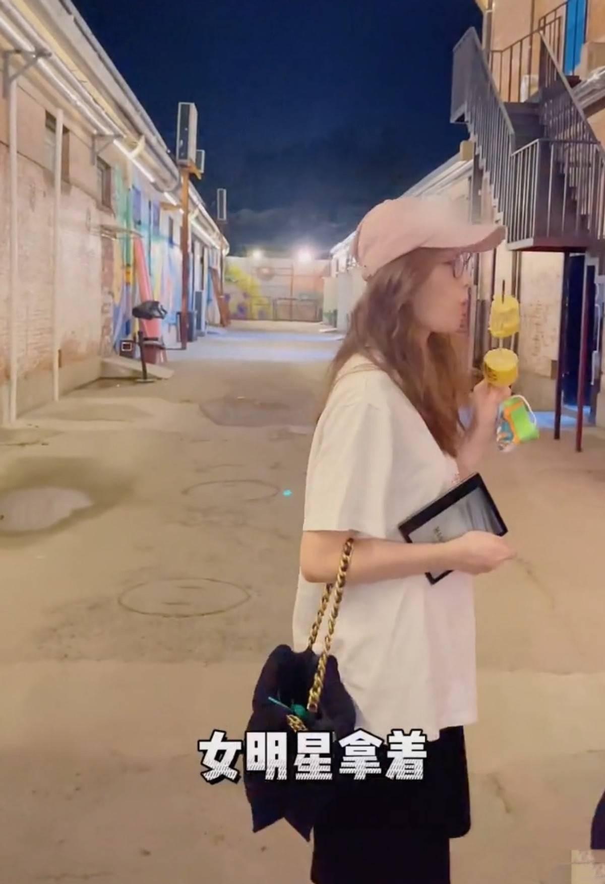 刘诗诗街头啃玉米没明星架子,穿着打扮好像邻家姐姐,不像孩子妈