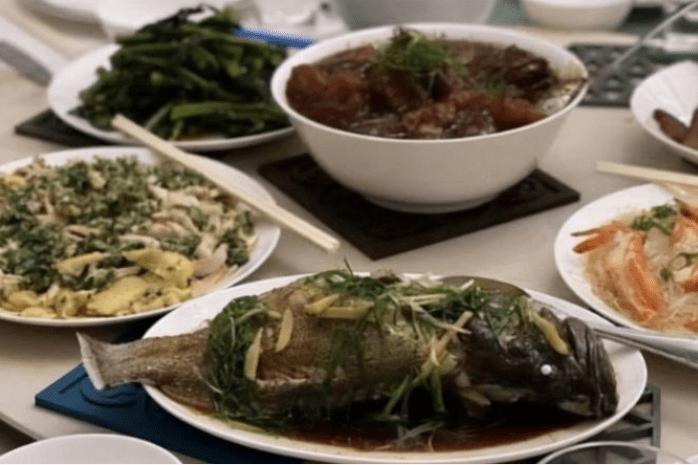 郭晶晶一家团圆聚餐,为孩子编制灯笼,饭菜简单不像富豪家庭
