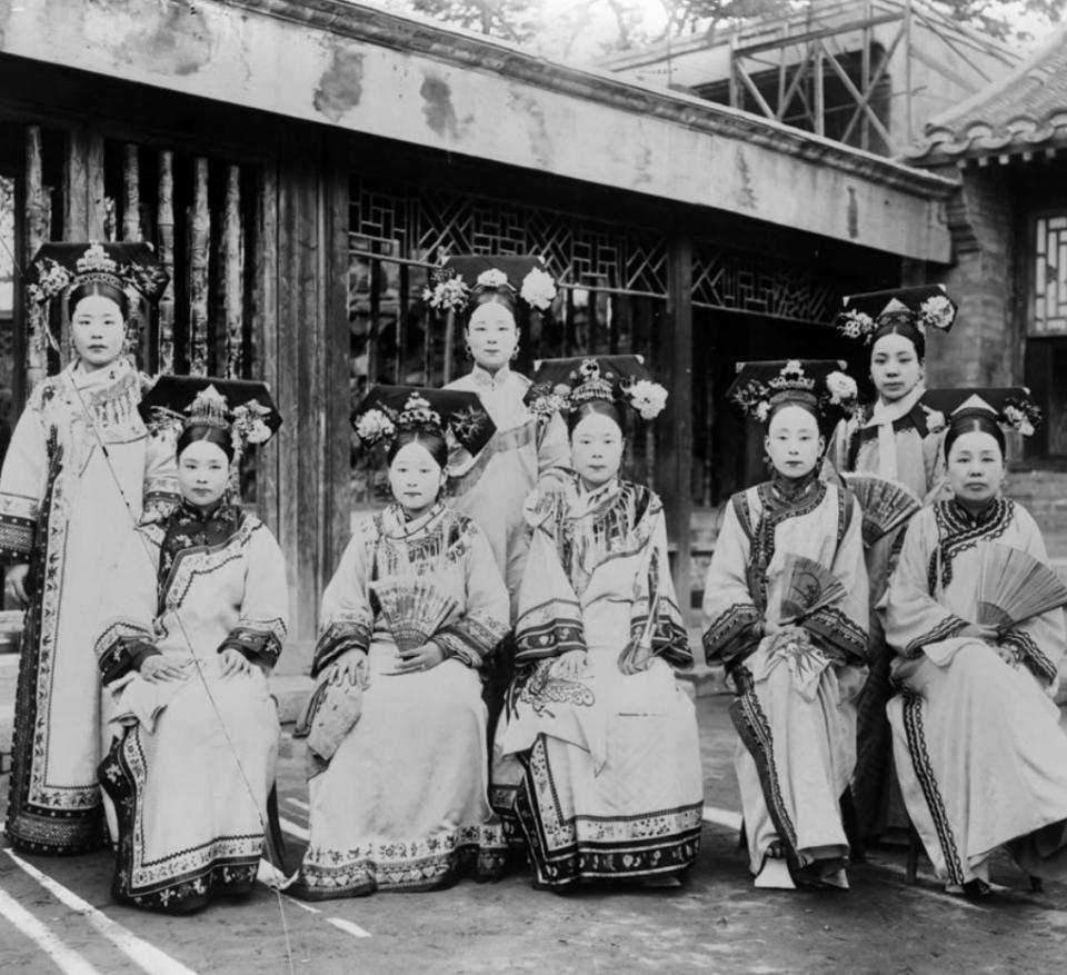清末老旧照片:八旗贵妇美丽惊艳,青楼女子神情却显哀伤