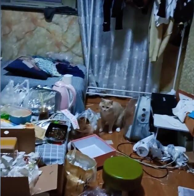 女租客房间漏水,进门一看垃圾遍地,房东:她平时打扮得花枝招展