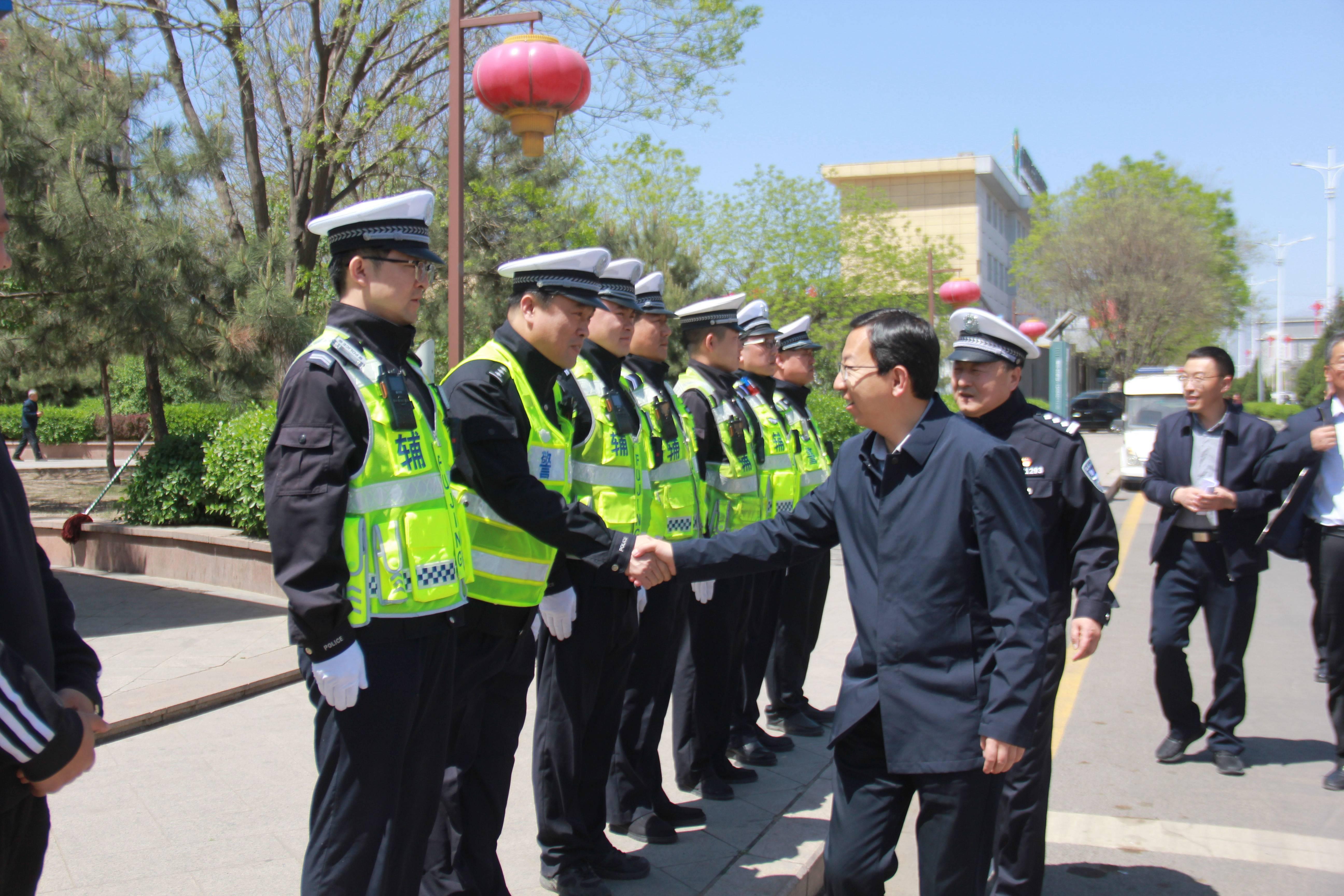 原平市委副书记、市长常永峰慰问一线执勤公安交警