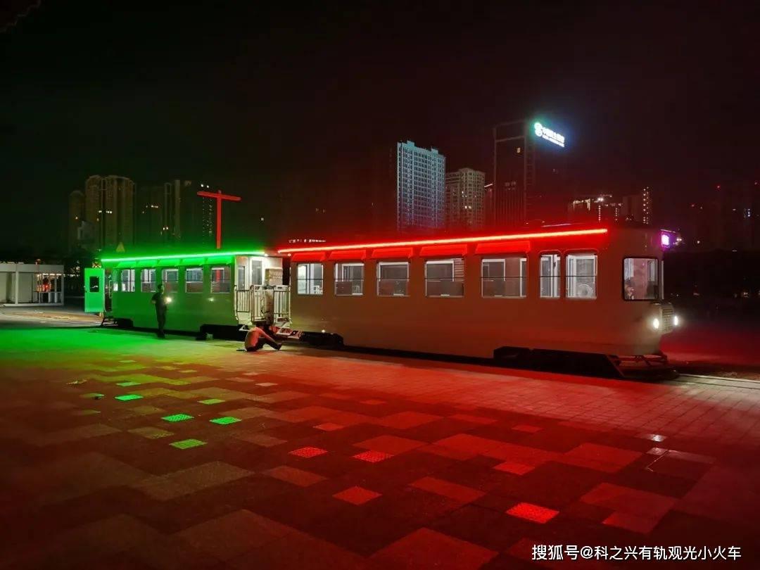 云南复古观光铛铛车,昆明的夜晚轨道电车在螺蛳湾广场行驶,仿佛夜上海