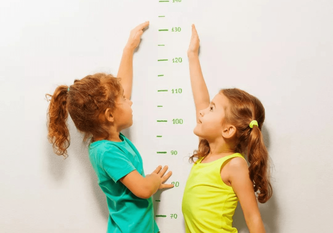 男孩發育晚,普遍比同齡女孩矮很多,父母把握特點規律讓孩子長更高