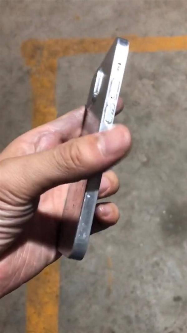 iPhone 12机模曝光:直边框首次回归、继续刘海屏的照片 - 6
